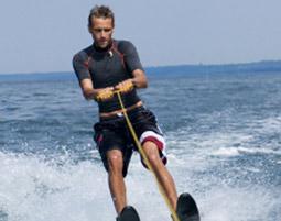 Wasserski fahren am Boot